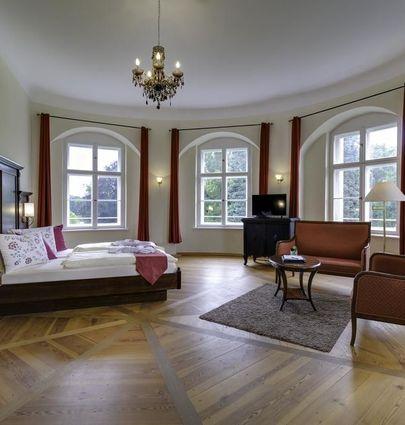 """Schlosshotel Fürstlich Drehna.Suite """"Hans von Minckwitz"""", im Schloss.hotels/4a78c2d7e9b0b1a0ad45cb879e0d14c6207f111c/room/schlosshotel-furstlich-drehna-suite-hans-von-minckwitz-im-schloss-43842.jpg"""