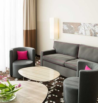 Mercure Hotel MOA Berlin.Junior-Suite (Doppelbett und Sofa).hotels/684804742bacda34f94aaeba07a61d0f3b0df473/room/mercure-hotel-moa-berlin-junior-suite-doppelbett-und-sofa-99999.jpg