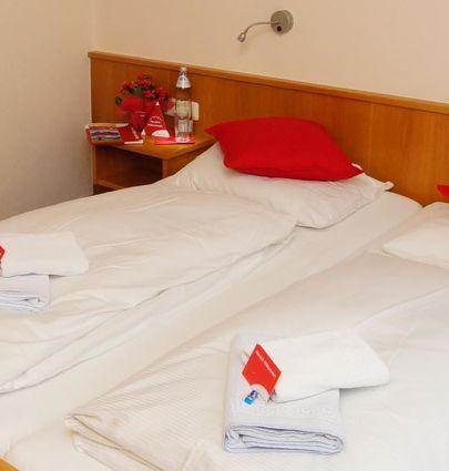 First mountain Kaprun.Doppelzimmer mit einem Zustellbett Du/WC.hotels/b9f486e978d4596df79e404a119f0f994474b293/room/first-mountain-kaprun-doppelzimmer-mit-einem-zustellbett-du-wc-68269.jpg