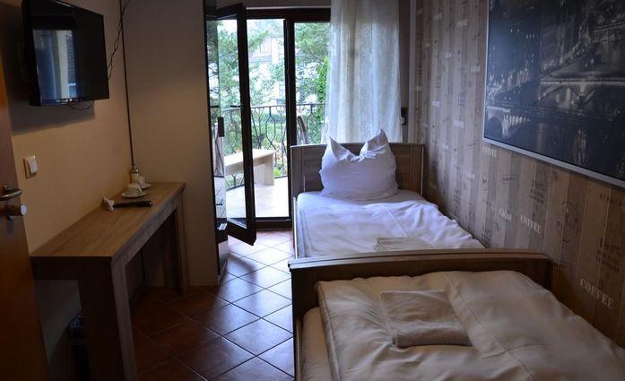 Pension Sena.Zweibettzimmer mit Balkon.hotels/363d41fb129537746aa585dca675835b1316543a/room/pension-sena-zweibettzimmer-mit-balkon-38195.jpg