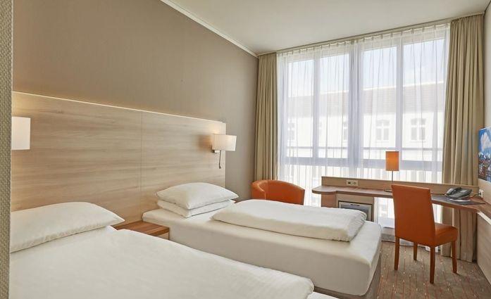 H+ Hotel Berlin Mitte.Doppelzimmer.hotels/6e7593dfb35940b417d1e84db23068b4da2a75ca/room/h-hotel-berlin-mitte-doppelzimmer-91106.jpg