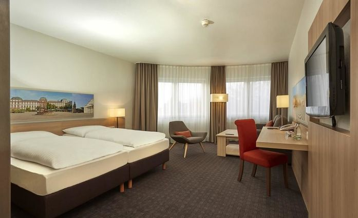 H+ Hotel Darmstadt.Doppelzimmer.hotels/d7e3eeef7351f7ebda1be460c9dfc85ba90101ad/room/h-hotel-darmstadt-doppelzimmer-12419.jpg