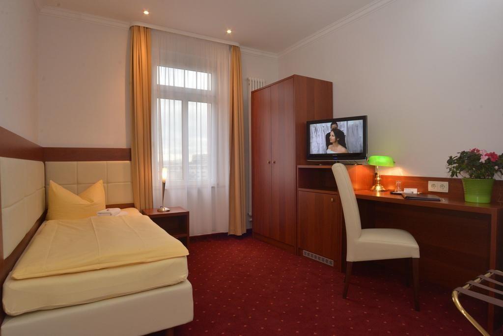 Hotel Via City.Einzelzimmer Komfort mit Balkon.hotels/52e83bbd79fbeb63d143cd188ce7d345ae3e8682/room/hotel-via-city-einzelzimmer-komfort-mit-balkon-90571.jpg